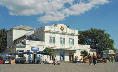 Закарпатський театр ляльок до свого 35-річчя випустив книжку «Театр граючої ляльки Срібної землі»